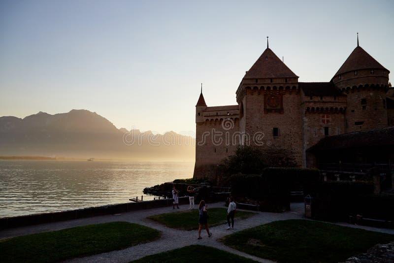 Montreux, Suiza - 20 de septiembre de 2018: Castillo hermoso de Chillon en el lago Geneve y montañas con puesta del sol fotos de archivo