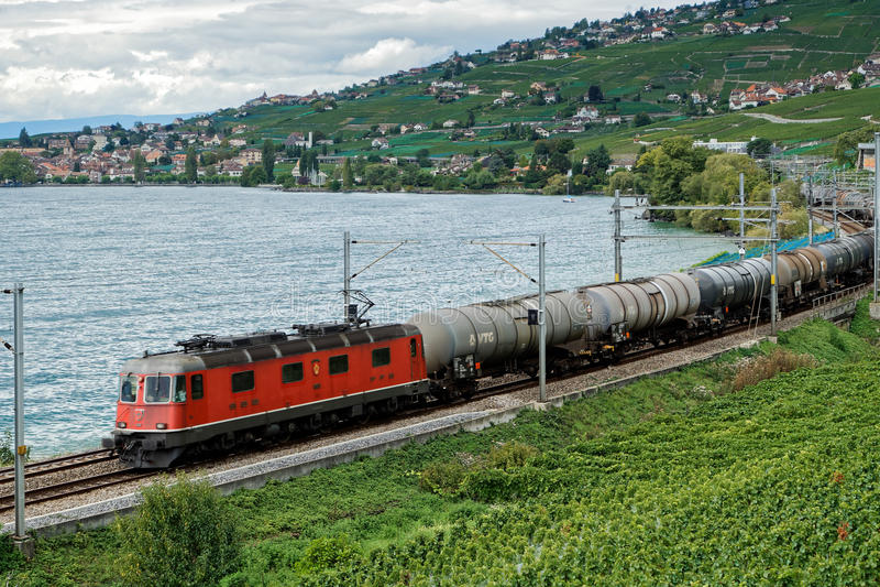 MONTREUX/SWITZERLAND - 14 DE SEPTIEMBRE: Tren de carga que pasa el alon fotos de archivo libres de regalías