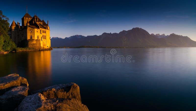 Montreux, VD/Zwitserland - 31 Mei 2019: het historische Chillon-Kasteel op de kusten van Meer Genève bij zonsondergang stock afbeeldingen