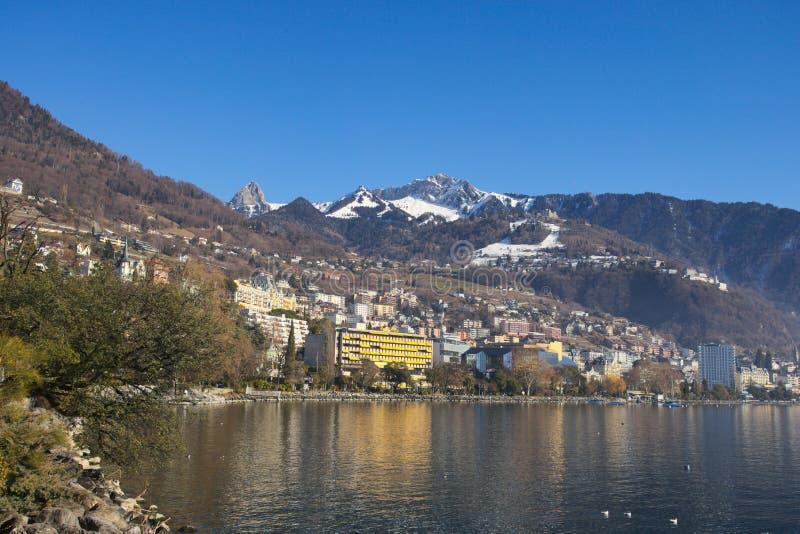 Montreuxcityscape met panoramische die bergen op de achtergrond van over het meer wordt gezien stock foto