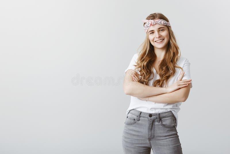 Montrez-moi ce qu'avez obtenu vous Portrait d'étudiante féminine sûre dans le bandeau et l'équipement élégants, jugeant croisé image stock
