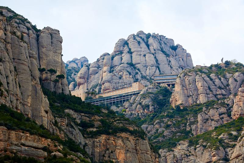 Montserrat Monastery ist ein großartig schönes Benediktiner-Abteihoch oben in den Bergen nahe Barcelona, Katalonien lizenzfreie stockfotos