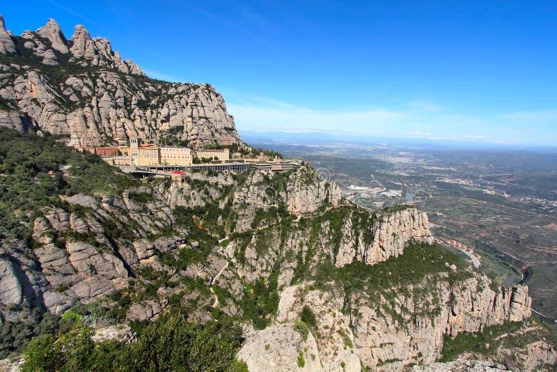 Montserrat Monastery omhoog hoog in de bergen dichtbij Barcelona, Catalonië stock foto