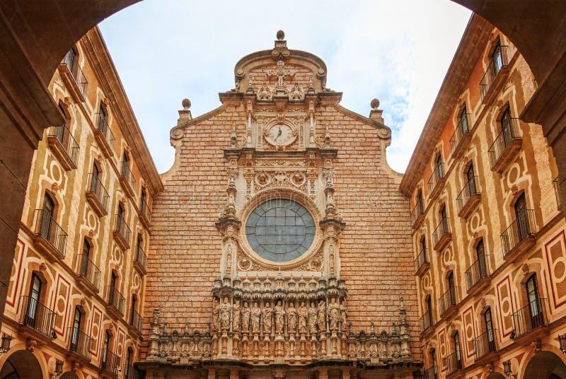 Montserrat Monastery, uma elevação espetacularmente bonita da abadia do licor beneditino acima na Espanha das montanhas imagens de stock royalty free