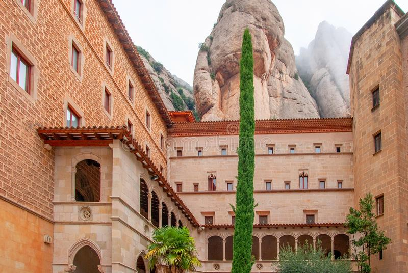 Montserrat Monastery, uma elevação espetacularmente bonita da abadia do licor beneditino acima na Espanha das montanhas imagem de stock