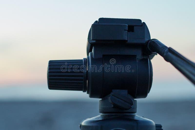 Monture de caméra sur la tête d'un trépied images stock