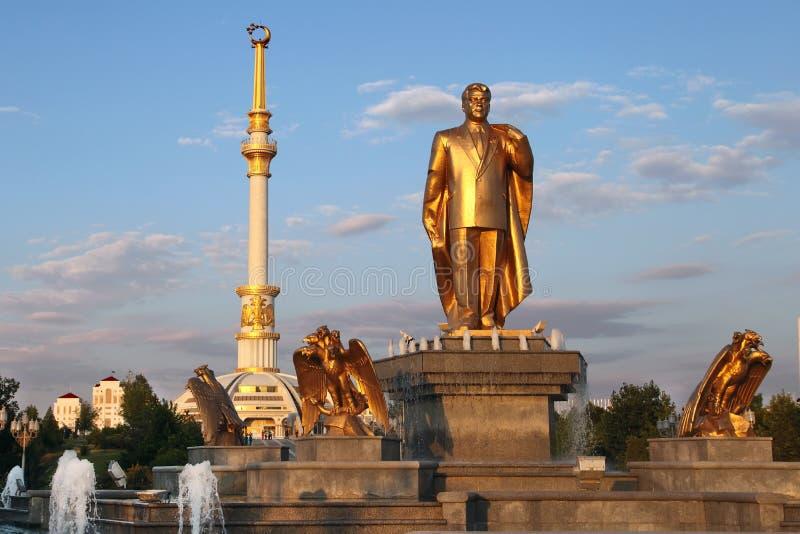 Monumen Niyazov i łuk niezależność w zmierzchu. Ashkhabad obrazy royalty free