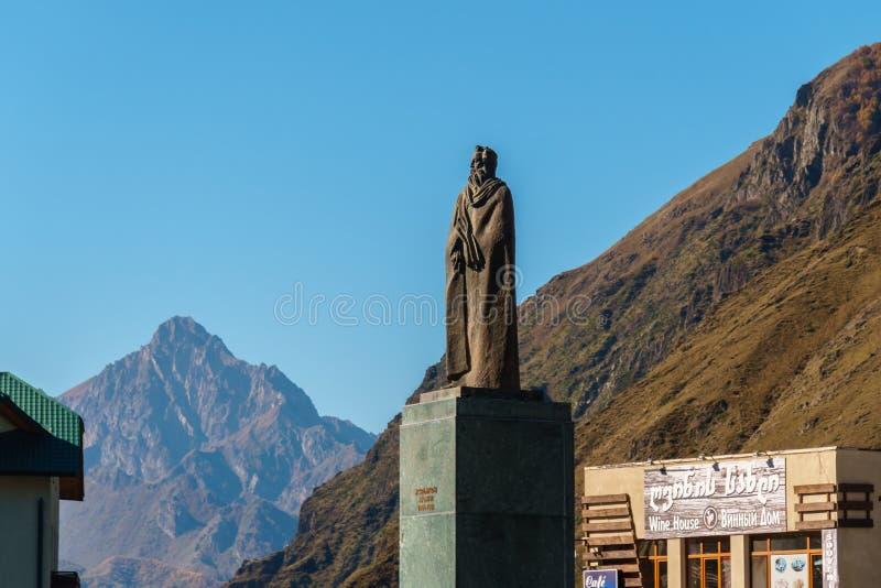 Monument à Alexander Kazbegi sur le fond du bâti Kazbeg, la Géorgie image stock