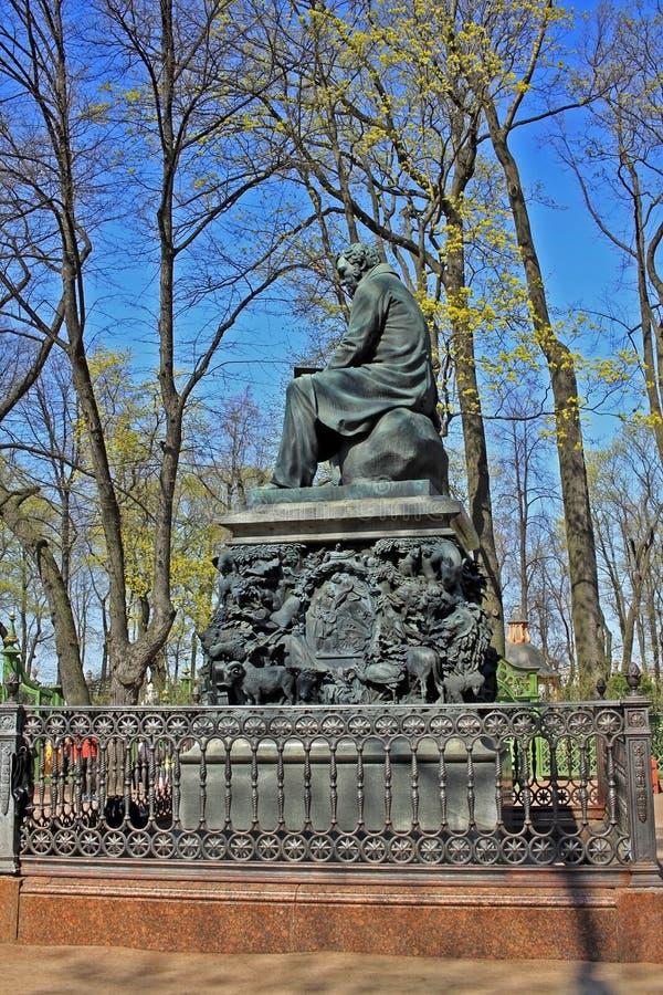 Monument à Ivan Krylov dans le jardin d'été, Russie photos stock