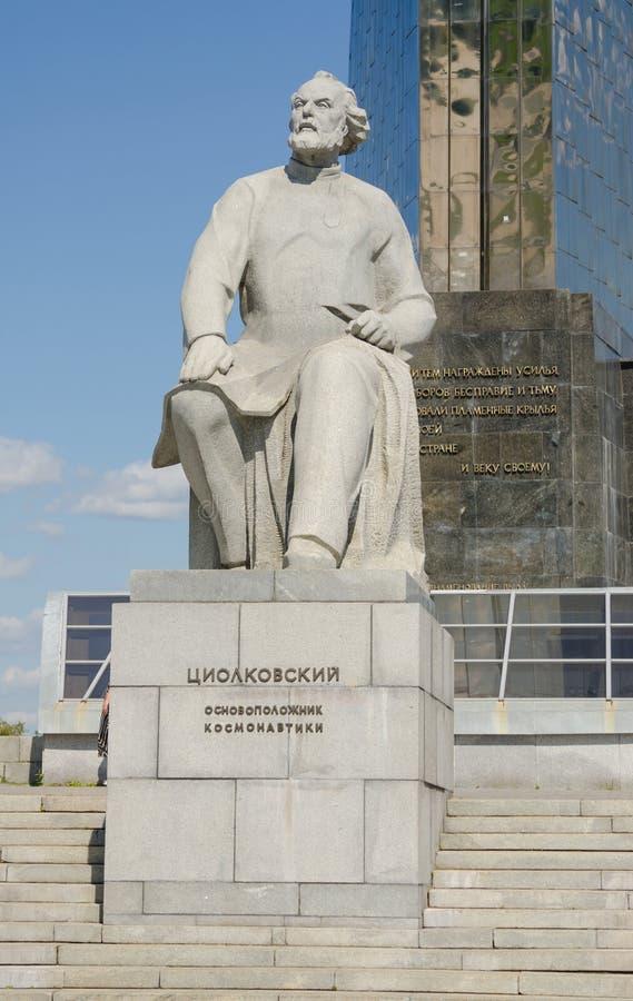 Monument à Konstantin Tsiolkovsky, le fondateur de l'astronautique au monument photographie stock