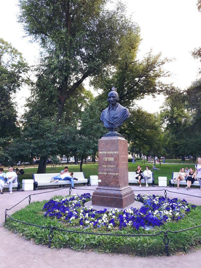 Monument à l'auteur célèbre Nikolai Gogol images libres de droits