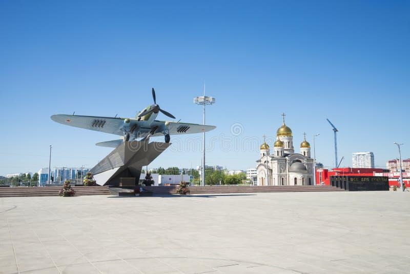 Monument à l'Il-2, qui a combattu dans la deuxième guerre mondiale et installé en Samara Russia Un jour ensoleillé d'été image stock