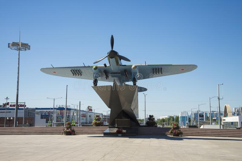 Monument à l'Il-2, qui a combattu dans la deuxième guerre mondiale et installé en Samara Russia Un jour ensoleillé d'été photo stock