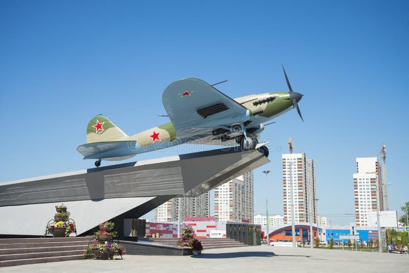 Monument à l'Il-2, qui a combattu dans la deuxième guerre mondiale et installé en Samara Russia Un jour ensoleillé d'été image libre de droits