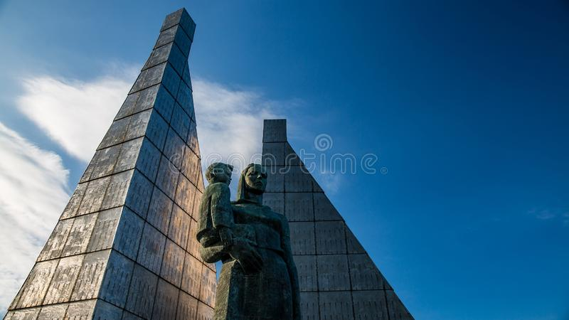 Monument à la mère avec l'enfant contre le ciel bleu photographie stock libre de droits