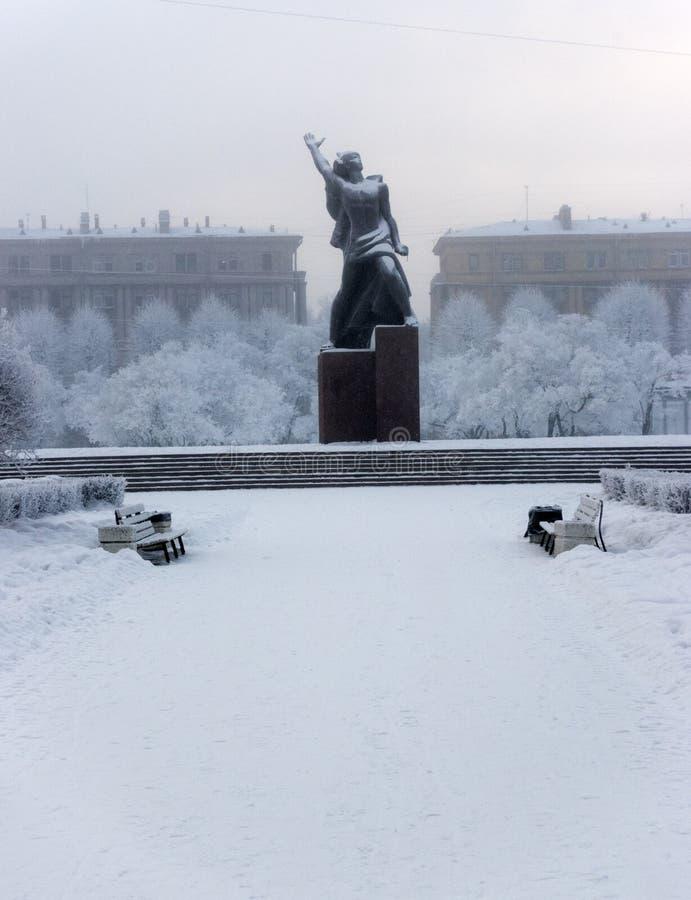 Monument à la sculpture en bronze héroïque en Komsomol- d'un jeune homme d'armée rouge sous la neige en baisse à St Petersburg, R photographie stock