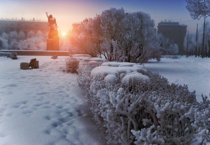 Monument à la sculpture en bronze héroïque en Komsomol- d'un jeune homme d'armée rouge sous la neige en baisse à St Petersburg, R photos stock