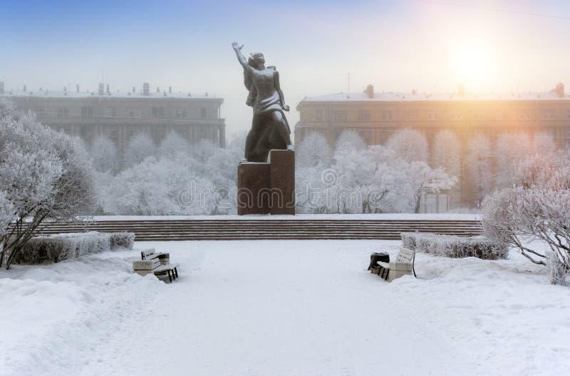 Monument à la sculpture en bronze héroïque en Komsomol- d'un jeune homme d'armée rouge sous la neige en baisse à St Petersburg, R photos libres de droits