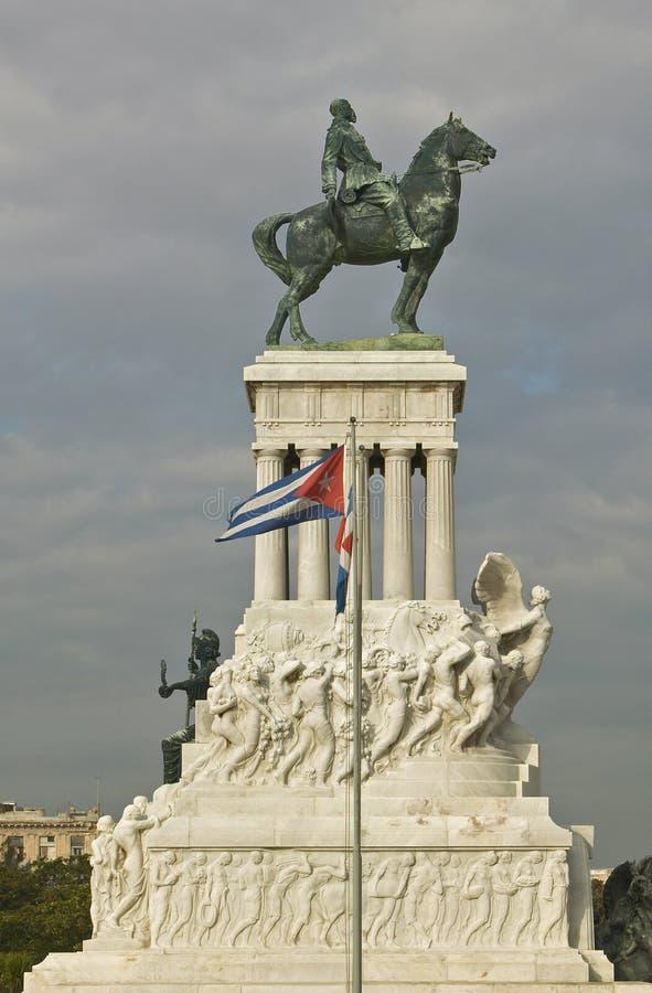 Monument à Maximo Gomez avec le drapeau cubain soufflant dans le vent à vieille La Havane, Cuba images libres de droits