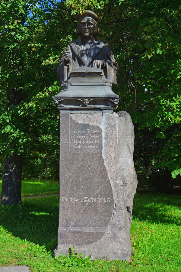 Monument à Mikael Agricola dans Vyborg, Russie image libre de droits