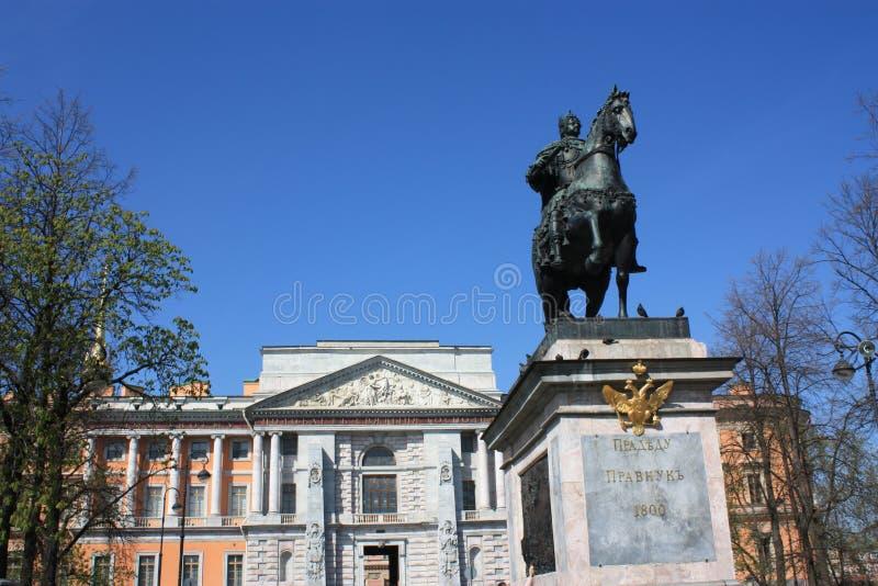 Monument à Peter à cheval devant le palais image libre de droits