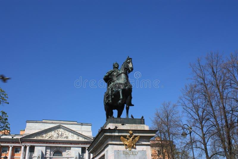 Monument à Peter le grand devant le palais photo stock