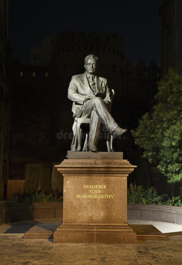 Monument à Yusif Mammadaliyev à Bakou l'azerbaïdjan image stock