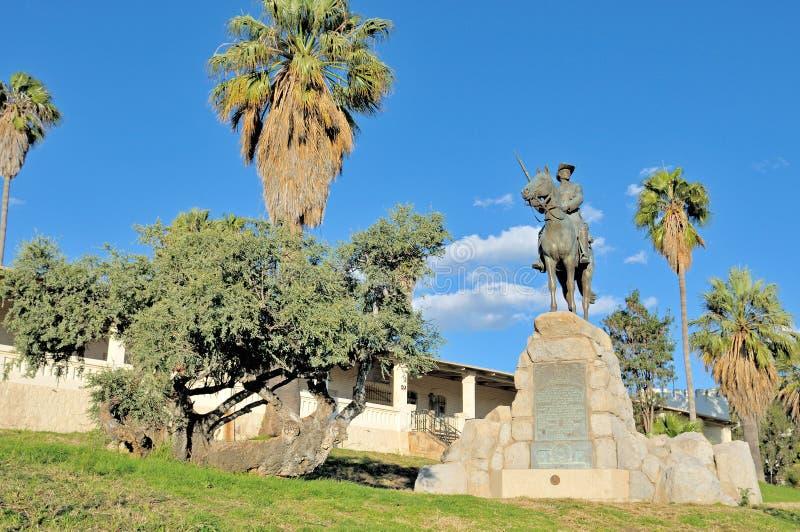 Monument équestre de cavalier et Alte Feste à Windhoek image libre de droits