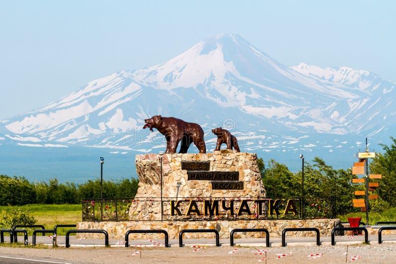 Monument 'zij draagt met de welp 'op de achtergrond van de Avachinsky-Vulkaan Titel: 'Begint hier met Rusland ' stock afbeelding