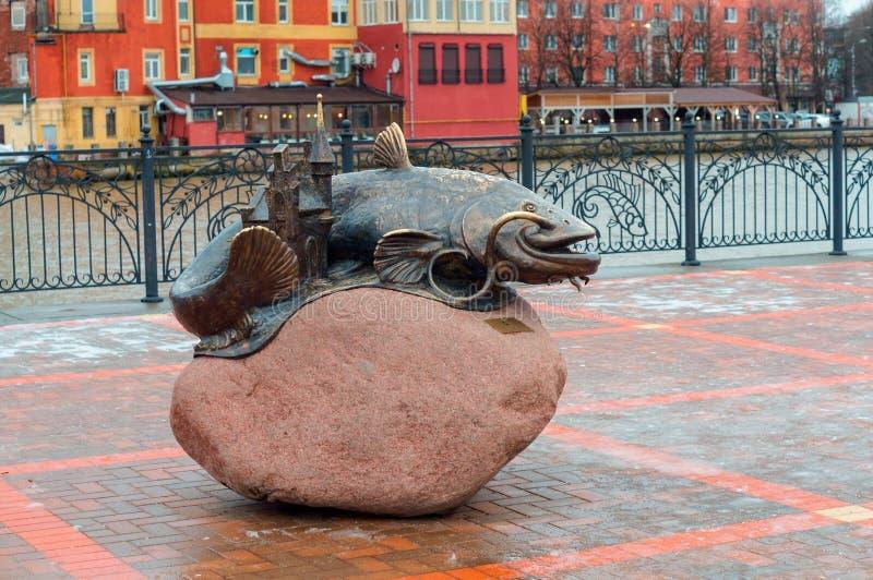 """Monument """"poisson-chat """", un monument en bronze au """"poisson-chat de poissons """" image libre de droits"""