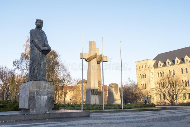 Monument aan Adam Mickiewicz en monument aan de slachtoffers van de kruisen van Poznan van juni 1956 bij Adam Mickiewicz-vierkant stock afbeeldingen