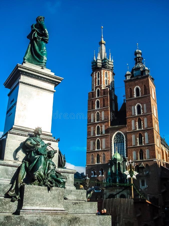 Monument aan Adam Mickiewicz en van Torens van de Kerk van St Mary op het belangrijkste Marktvierkant van de Oude Stad van Krakau royalty-vrije stock foto's