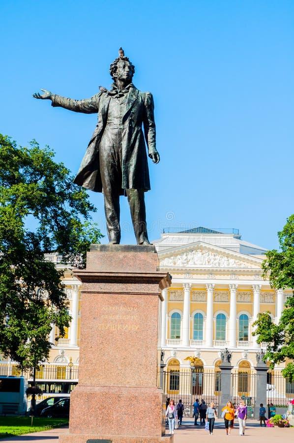Monument aan Alexander Pushkin voor het Russische museum van de Staat, St. Petersburg, Rusland royalty-vrije stock foto