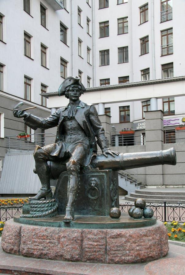 Monument aan bombardier Vasily Korchmin op Vasilyevsky Island van St. Petersburg stock foto