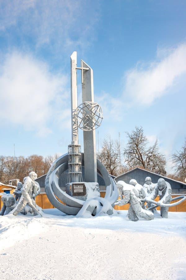 Monument aan brandbestrijders die terwijl binnen het doven van een brand tijdens het ongeval bij de de kernenergieinstallatie van stock foto's