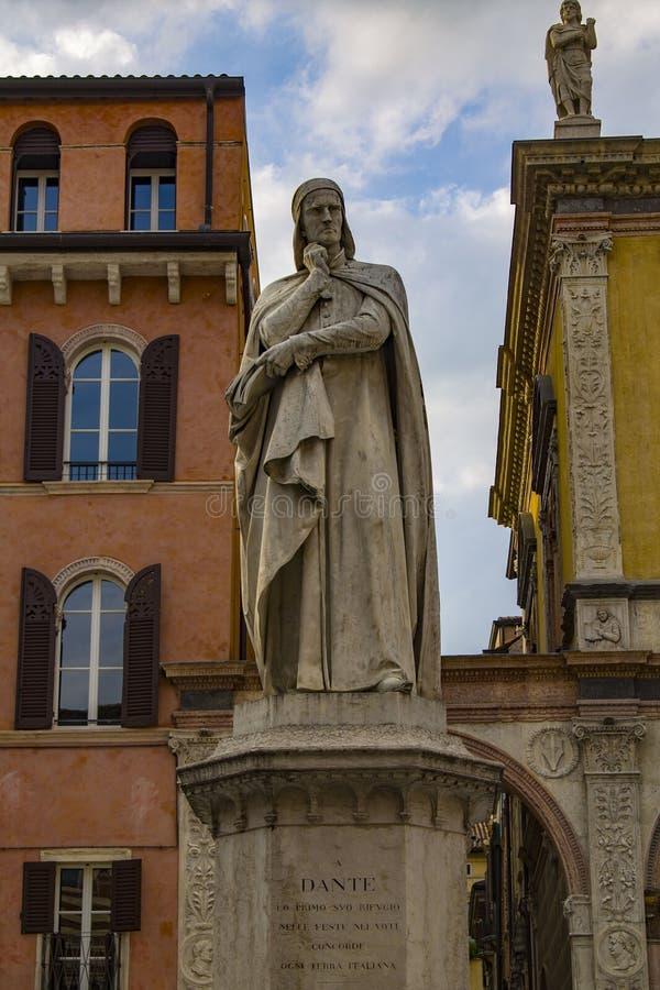 Monument aan Dante Alighieri in Piazza dei Signori in Verona stock afbeeldingen