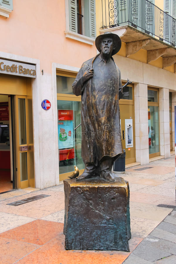 Monument aan de dichter Roberto Tiberio Barbarani in Verona, Italië royalty-vrije stock foto