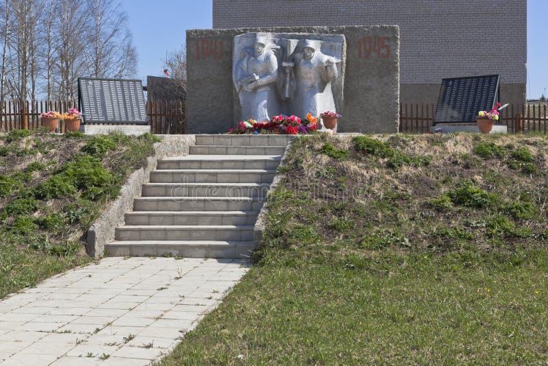 Monument aan de doden en het missen op de voorzijden van de Grote Patriottische Oorlog in het dorp van Morozovo, Verkhovazhsky-di stock foto's
