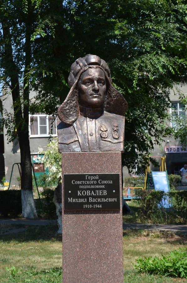 Monument aan de held van de Sovjetunie, Luitenant Kolonel M V Kovalev stock afbeelding