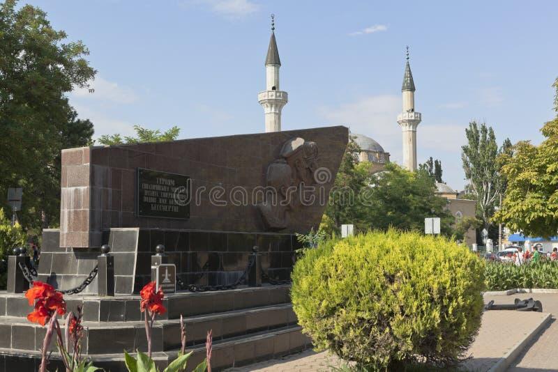 Monument aan de helden van Yevpatoria-het landen en de moskee juma-Jami in de stad van Evpatoria, de Krim stock afbeeldingen