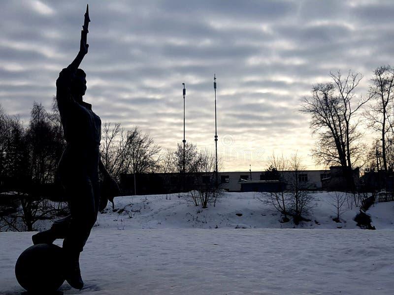 Monument aan de kunstenaar van de rug tegen de hemel in de wolken stock fotografie