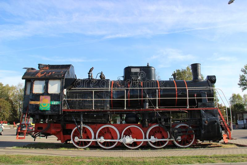 Monument aan de locomotief in de stad van Slonim in Wit-Rusland royalty-vrije stock foto's