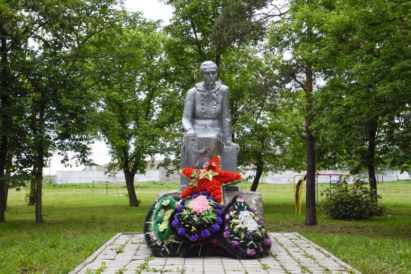 Monument aan de Moeder van een Militair die op haar zoon van de oorlog wachten Beeldhouwwerk van een onbekende auteur in het park royalty-vrije stock foto's