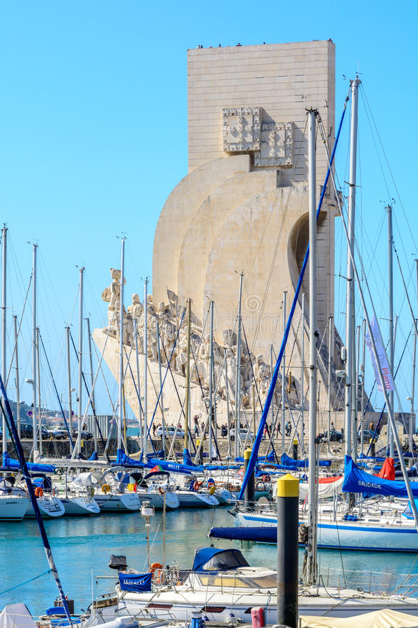 Monument aan de Ontdekkingen in Lissabon, Portugal bij de jachthaven in Belem royalty-vrije stock afbeeldingen