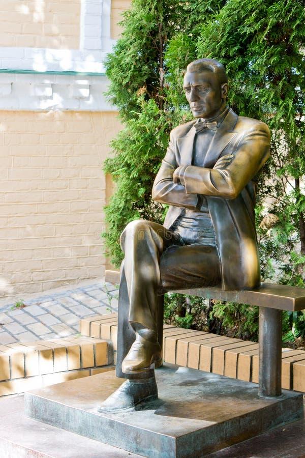 Monument aan de schrijver Michael Bulgakov op andriyivskyy afdaling stock foto's