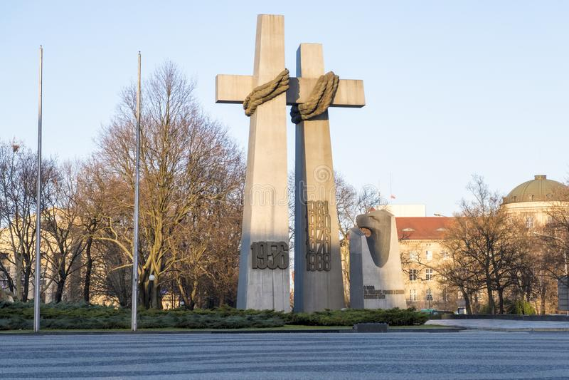 Monument aan de slachtoffers van de kruisen van Poznan van juni 1956 bij Adam Mickiewicz-vierkant Poznan, Polen royalty-vrije stock foto's