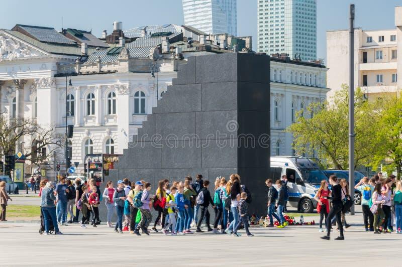 Monument aan de slachtoffers van de luchtneerstorting van Smolensk van 2010 met niet gedefiniëerde mensen in Warshau stock fotografie