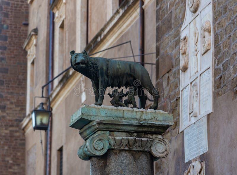 Monument aan de zij-wolf die Romulus en Remus in Rome, Italië ophief royalty-vrije stock foto's