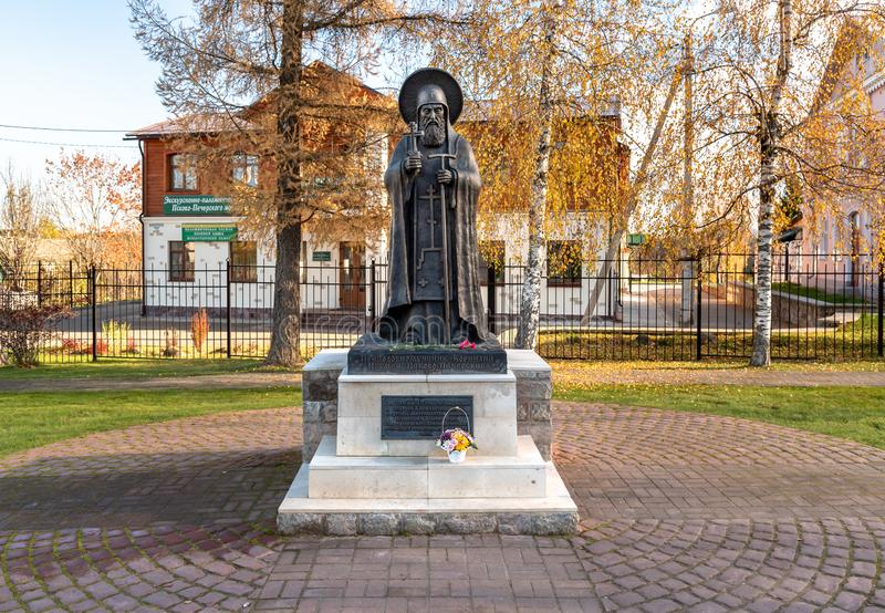 Monument aan Eerbiedwaardig Cornelius Igumen de Abt van de Holen van Pskov, Rusland stock fotografie