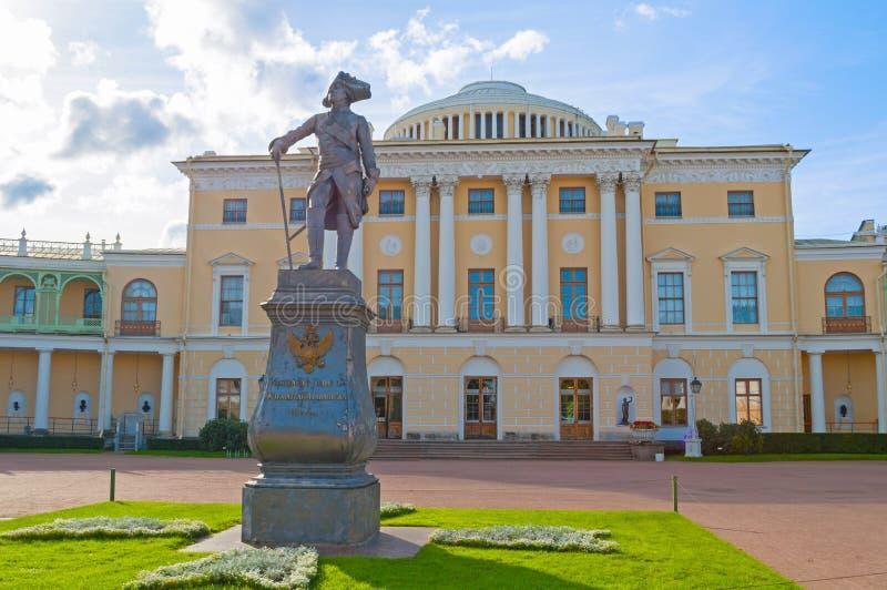 Monument aan keizer Paul I dichtbij het Pavlovsk Paleis, de zomerpaleis van keizer in Pavlovsk, Rusland royalty-vrije stock fotografie